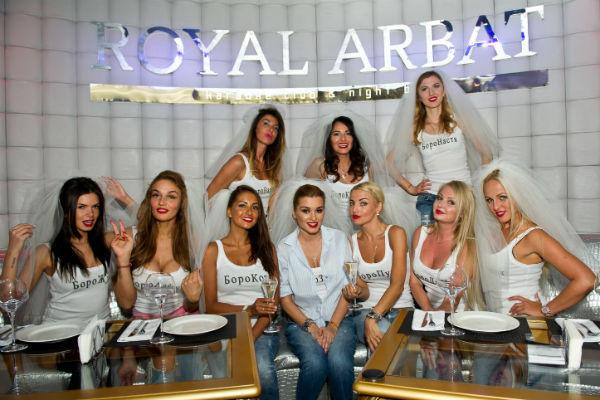 Девушки весело проводили время в московском караоке-баре «Royal Arbat»