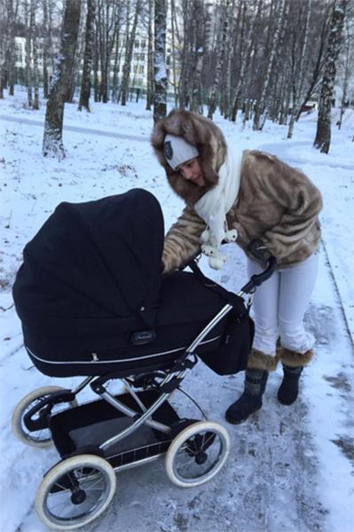 Анна Михайловская с самого раннего возраста приучает сына к суровым условиям московской зимы