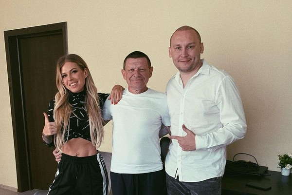 Певица с папой и главой реабилитационного центра Никитой Лушниковым