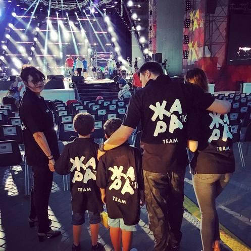 Эмин Агаларов регулярно видится со своими сыновьями. Иногда певец берет их с собой на работу