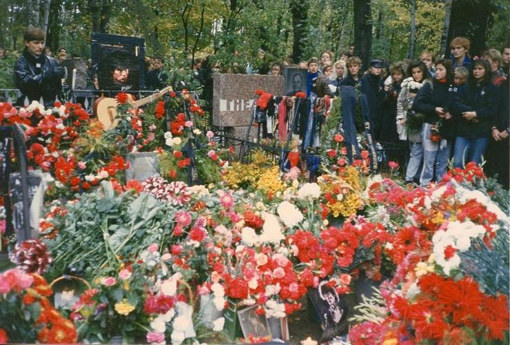 На похороны певца на Богословском кладбище Ленинграда пришли тысячи человек