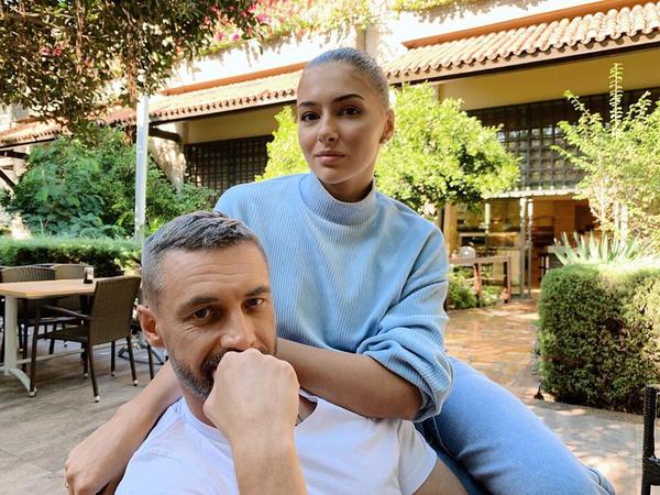 Антон Батырев дружит с супругом актрисы