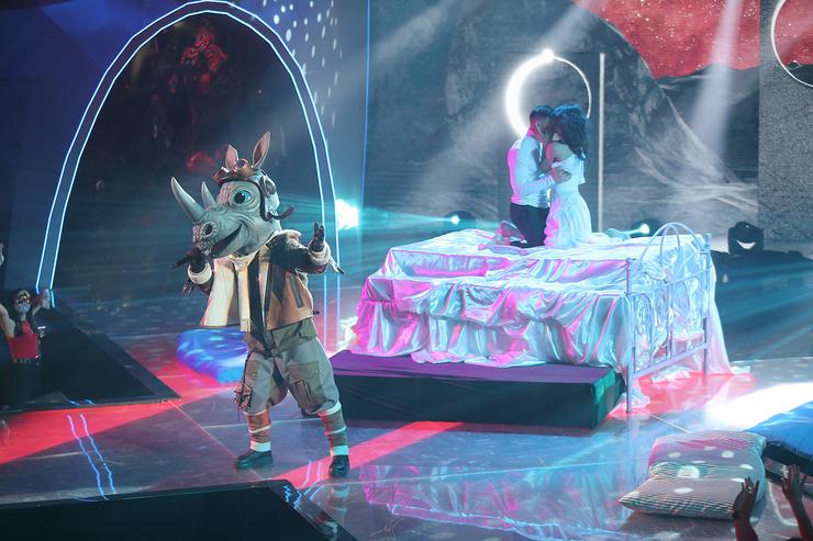 Певец выступал и на сцене театра, поэтому перевоплощение, возможно, далось ему чуть легче, чем некоторым другим участникам шоу на НТВ