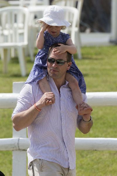 Внук королевы Елизаветы II Питер с дочерью