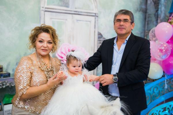 Лиза с бабушкой и дедушкой
