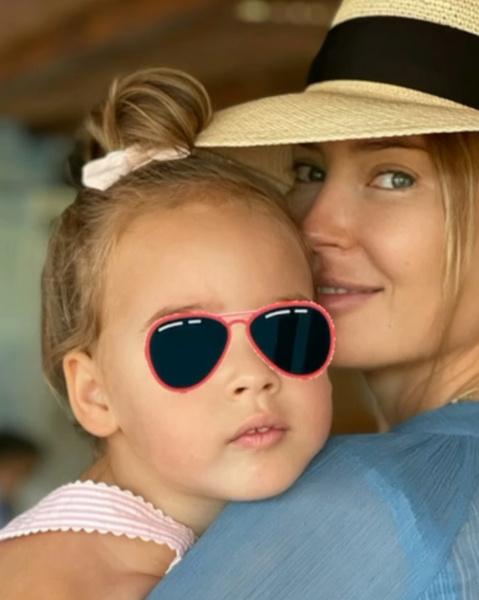Пара воспитывает двухлетнюю дочь Афину.