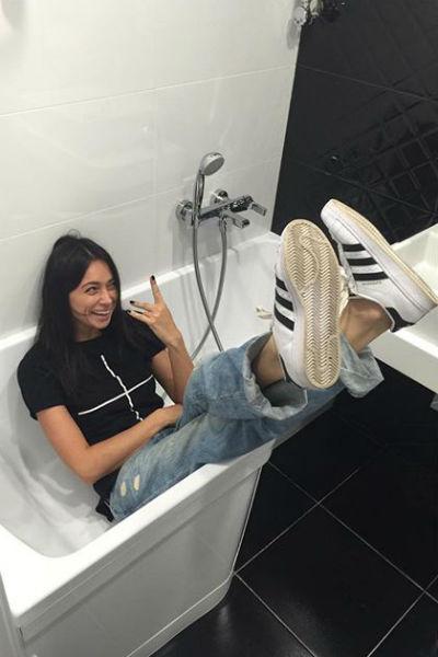 Самбурская демонстрирует размер ванны в своей квартире