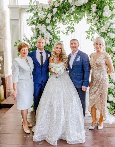 Андрей и Кристина давно познакомили родителей и теперь дружат семьями