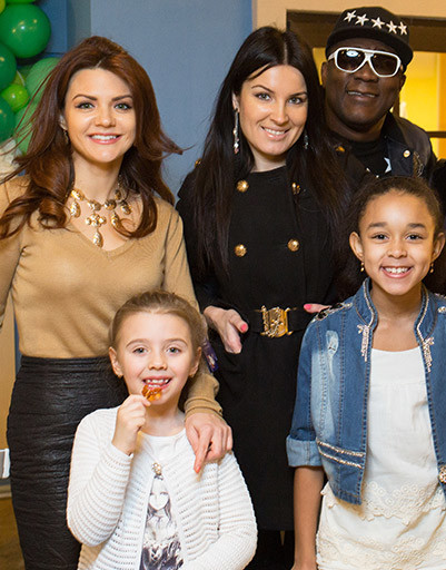 Леся Ярославская с дочерью и Нарцисс Пьер с женой и дочерью