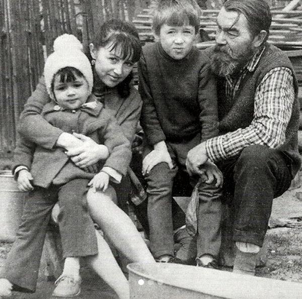 Маленькая Настя с мамой Валентиной Борисовной, братом Святославом и дедушкой Борисом Ивановичем