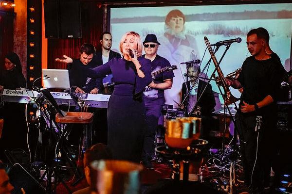 Любовь часто давала концерты в собственном караоке в центре Москвы