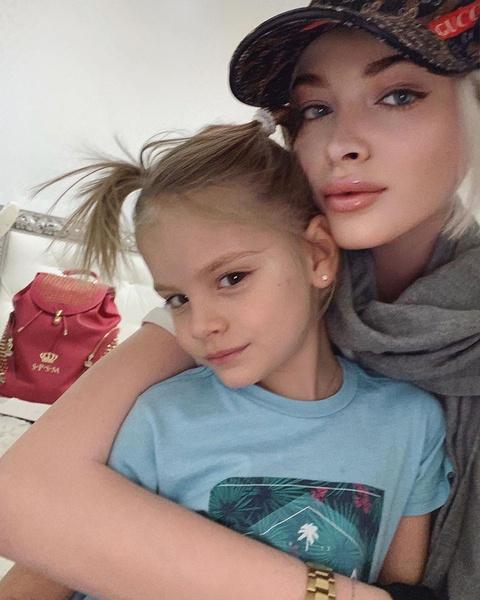 Девочка живет с мамой