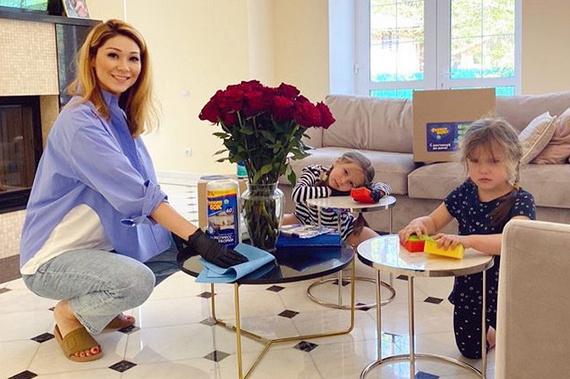 Марина воспитывает двух очаровательных дочерей