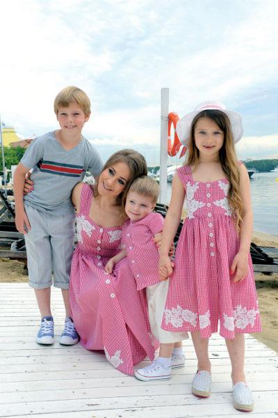 Юлия Барановская с детьми: 9-летним Артемом, 3-летним Арсением и 7-летней Яной