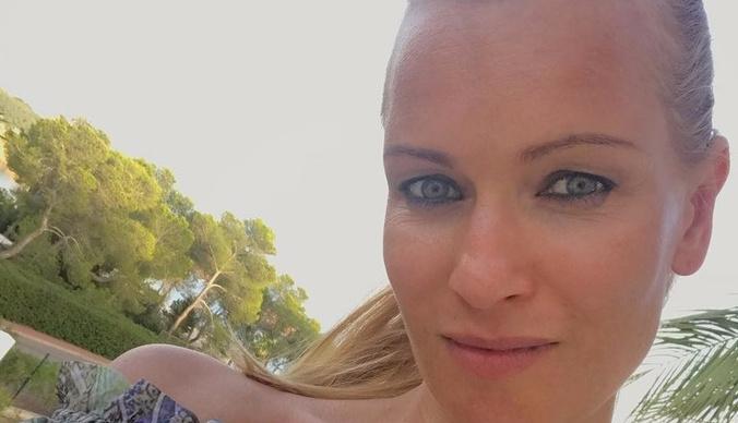 Олеся Судзиловская похвасталась пышной грудью в купальнике