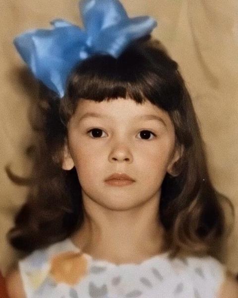 «Ты что не блондинка?»: поклонники не узнали Настю Ивлееву на детском фото