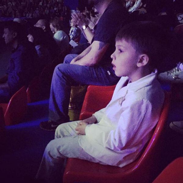 Сын смотрел выступление мамы с открытым ртом