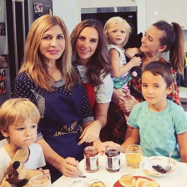 Ирина Агибалова с дочерями и внуками