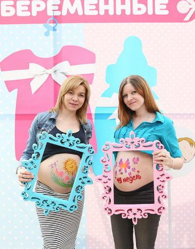 Будущие мамы с удовольствием позировали на специальных стендах
