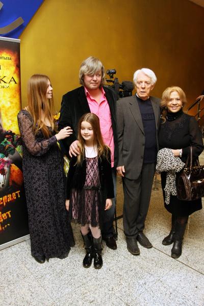 Олег Стриженов с супругой, сыном Александром и внучками