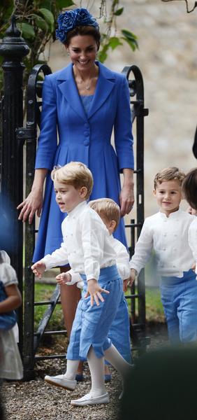 Джордж вместе с мамой на детском празднике