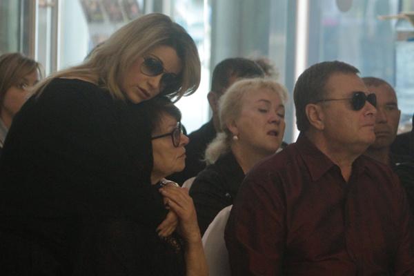 Ольга Орлова, Олька Копылова и Владимир Фриске на церемонии прощания с Жанной Фриске