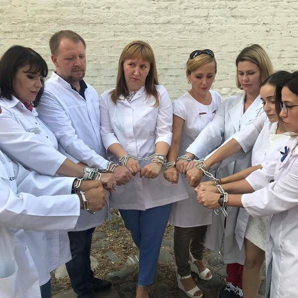 Символом несправедливого решения суда врачи избрали цепи, сковавшие им руки