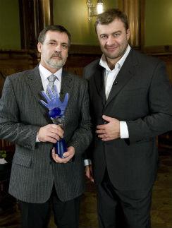 В 2008 году Александр победил в «Битве экстрасенсов». На фото с ведущим – Михаилом Пореченковым