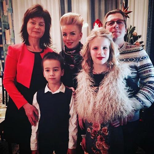 Певица проводит новогодние праздники с семьей