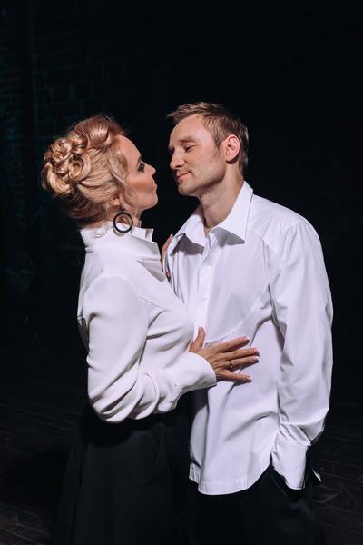 Артист счастлив в браке с женой Еленой, с которой познакомился еще до прихода славы