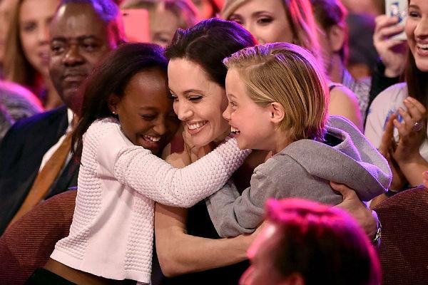 На публике дети Джоли и Питта выглядят вполне счастливыми