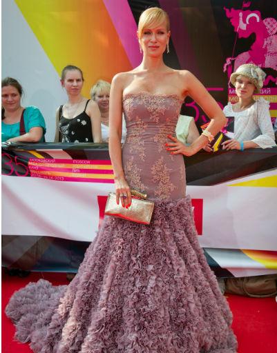 Актриса Олеся Судзиловская в шикарном кружевном платье