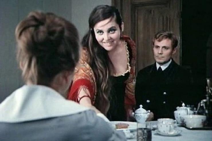 Героиня актрисы в «Хождении по мукам» была безответно влюблена в инженера Ивана Телегина, свободно рассуждала о плотских удовольствиях, была напориста и резка