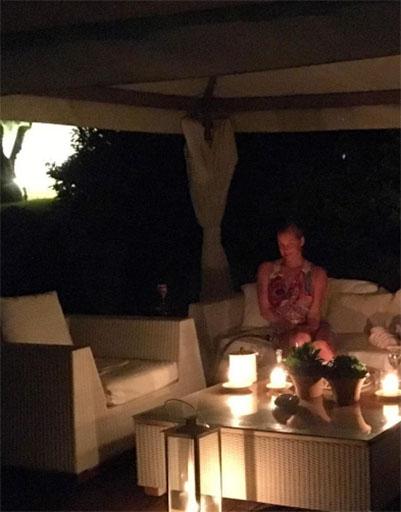 Анастасия наслаждается прекрасным вечером в шатре и шумом прибоя