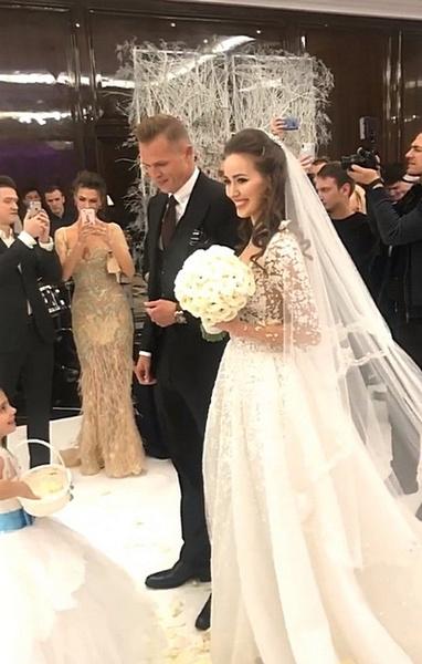 Дмитрий и Анастасия готовятся фотографироваться с родственниками