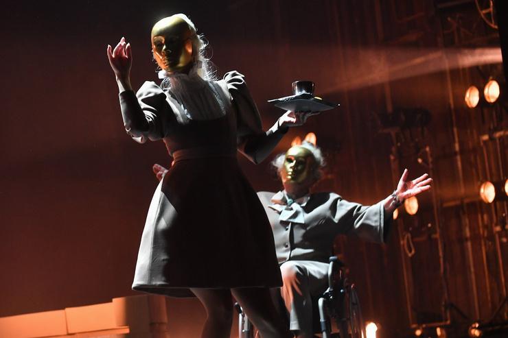 В какой-то момент с героинь слетают маски