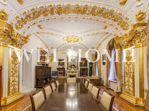 Золотой декор встречается во всех гостиных