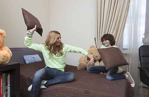 Анжелика Агурбаш и Анастас устроили веселый бой подушками