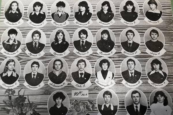 В школе Владимир носил длинные волосы и за неподобающую прическу часто получал выговоры