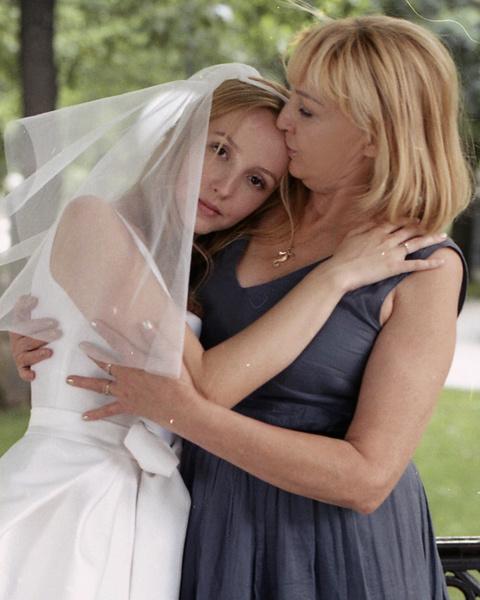 Невеста отдала предпочтение традиционному белому свадебному наряду