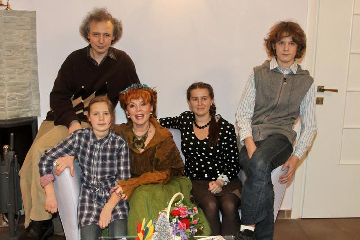 Клара Новикова посвящает свободное время общению с семьей