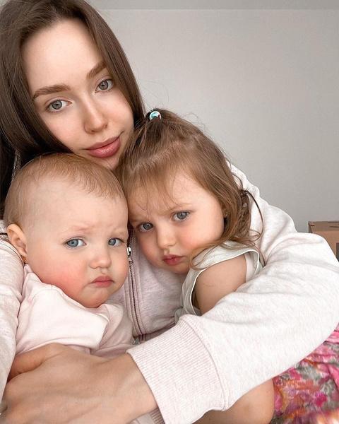 У Насти и Димы растут две дочери-погодки