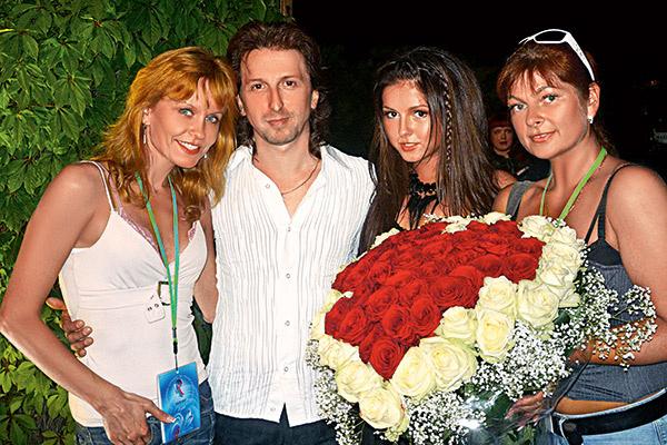 Нюша вместе с отцом Владимиром Шурочкиным, его второй женой Оксаной (слева) и мамой Ириной