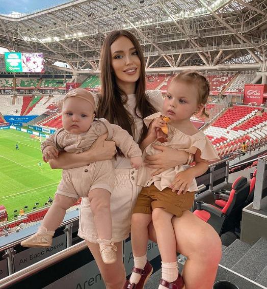 Костенко с дочками Миланой и Евой