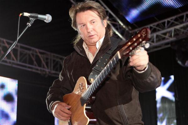 Юрий Лоза настраивает гитару перед концертом
