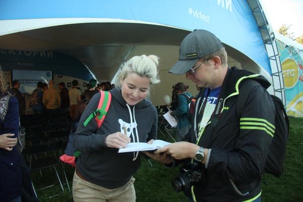 Татьяна Арно с удовольствием раздавала автографы посетителям фестиваля