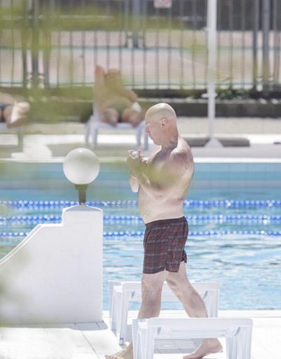Виктор Сухоруков - частый гость у кромки гостиничного бассейна