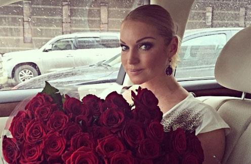 Анастасия Волочкова с цветами от крымских поклонников