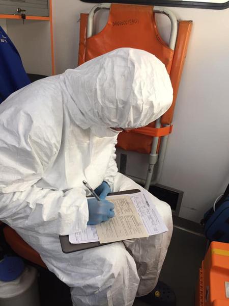 Все врачи используют защитные костюмы