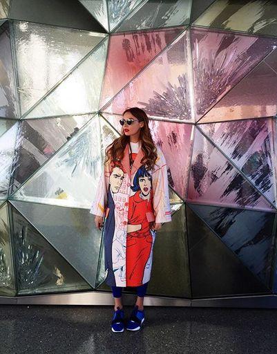Модные наряды Водонаевой отлично гармонируют с местной архитектурой